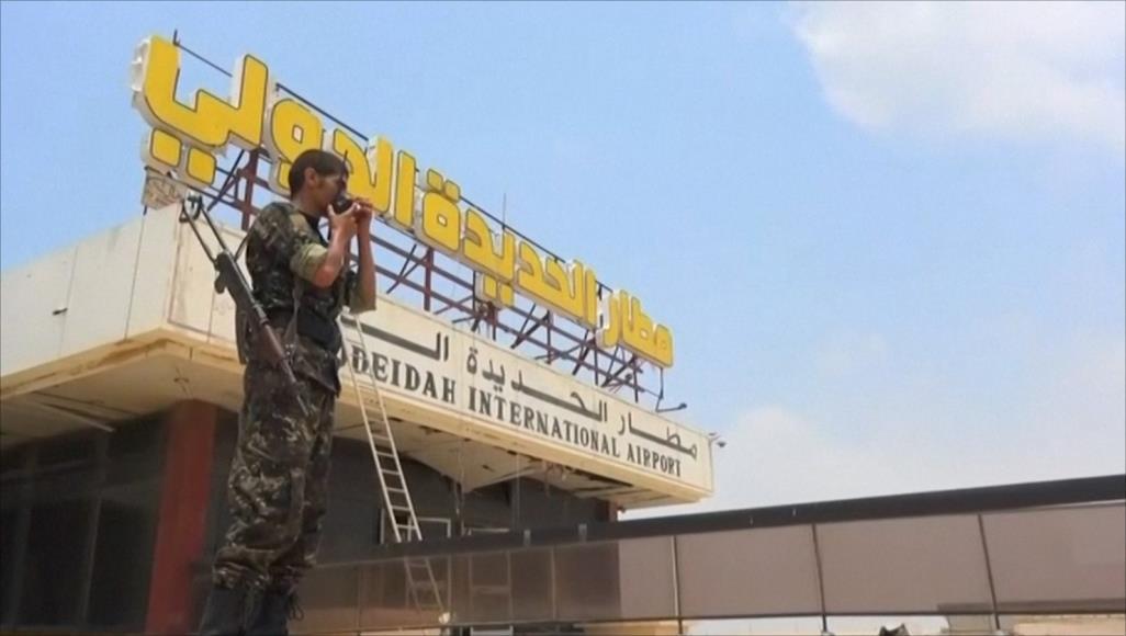 بالفيديو .. الحوثيون يدمرون مطار الحديدة ويحفرون خنادق في المدرج الرئيسي