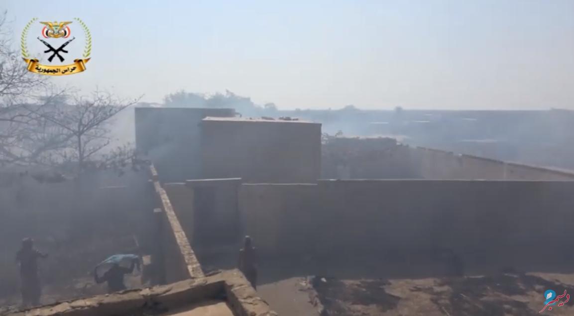 الحوثيون يحرقون منازل المواطنين جنوب الحديدة (فيديو)