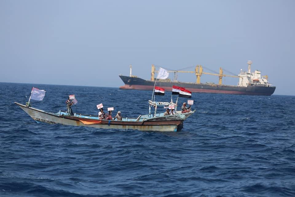 صياديون يمنيون يحتجون في عرض البحر على سفينة إيرانية