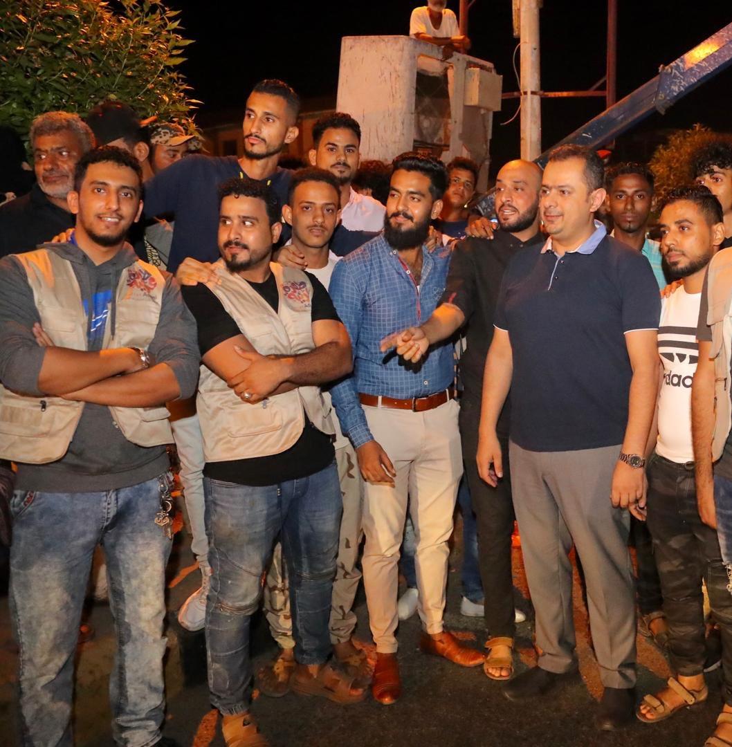 """رئيس الوزراء """"معين عبدالملك"""" يتجول مساءً في شوارع عدن (صور)"""