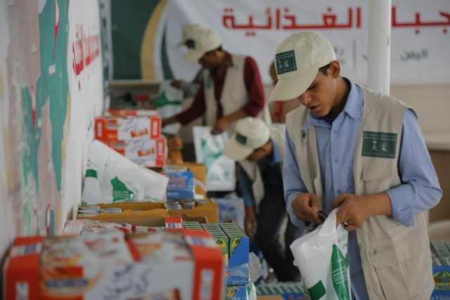تستمر طوال شهر رمضان.. : مركز الملك سلمان يدشن مشروع توزيع الوجبات الغذائية في سبع  محافظات يمنية