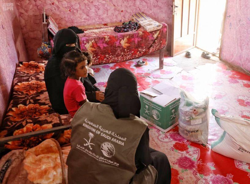 مركز الملك سلمان يوزع سلال غذائية على 420 يتما في عدة محافظات يمنية