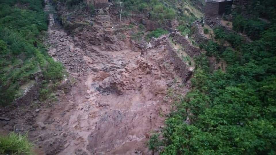 مأساة إنسانية في المحويت.. وفاة أسرة كاملة مكونة من عشرة أشخاص جراء جرف السيول لأحد المنازل (صور)