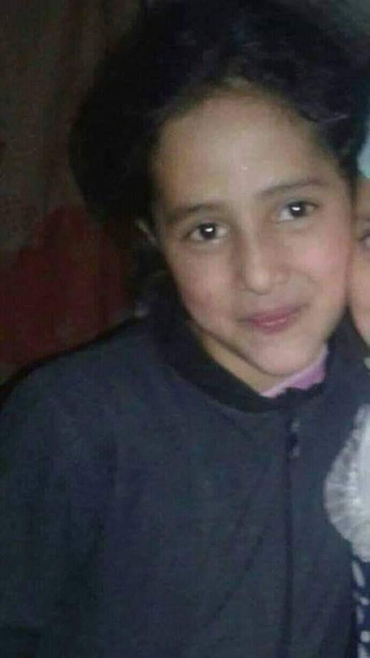 """تظاهرة غاضبة بجبلة تطالب بسرعة القصاص من قاتل الطفلة """"آلاء الحميري"""" (صورة)"""