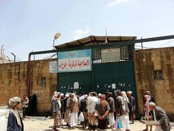 وفاة امرأة بعد اختطاف أبنها في إب والأهالي ينقلون جثمانها إلى أمام السجن المركزي للاحتجاج