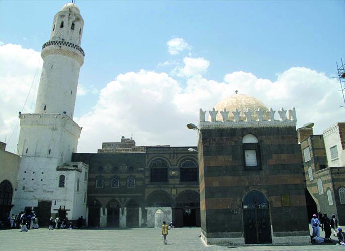 هكذا ينهب الحوثيون الآثار والمخطوطات من أهم المساجد التاريخية في اليمن