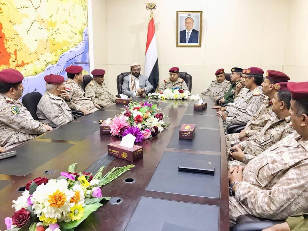 وزير الدفاع يصل مأرب ويعقد اجتماعاً مع قيادات عسكرية