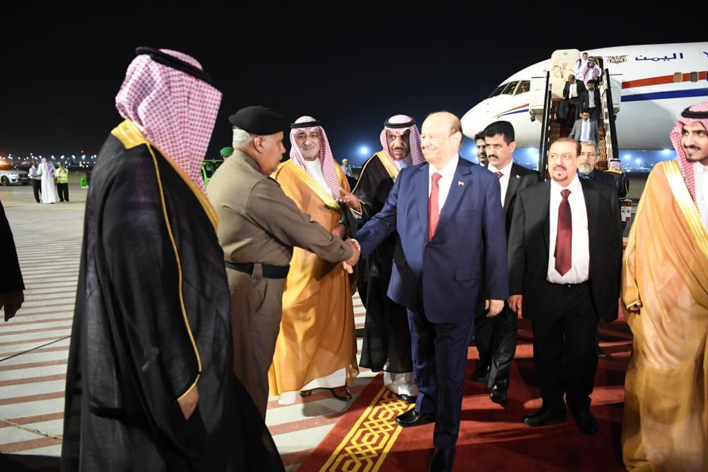 الرئيس هادي يصل مكّة للمششاركة في القمتين العربية والإسلامية .. ماذا صنع في مطار الملك عبدالعزيز ؟